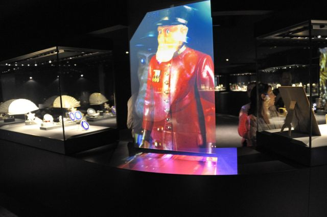 holographic glass screen front projection museum